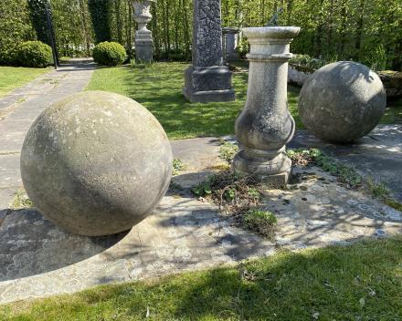 Paar in steen gekapte bollen
