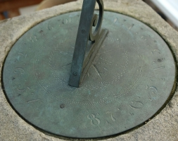18de eeuwse zandstenen zonewijzer