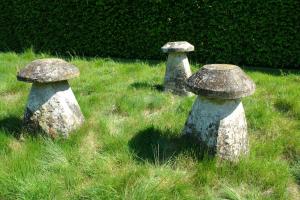 3  18de eeuwse kalksteen staddle stones