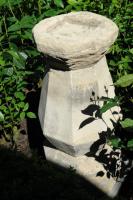Een vroeg witstenen vogelbad