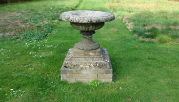 19de eeuwse fonteinvaas in compositiesteen