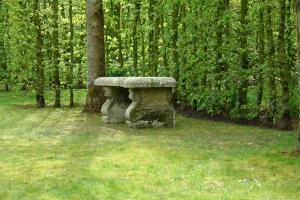 19de eeuwse in steen gekapte tuinbank