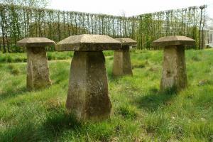 Duplicaat van 3  18de eeuwse kalksteen staddle stones
