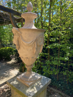 Een George III Coade- steen tuinurne