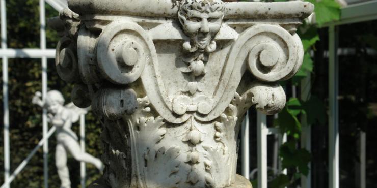 Een paar 19de eeuwse marmeren zuilen