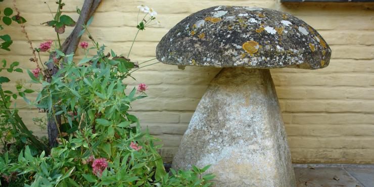 18de eeuwse kalkstenen staddle stone